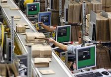 Le centre logistique d'Amazon à Graben, près de Augsburg, en Allemagne. Des centaines d'employés du site de vente en ligne Amazon se sont mis en grève lundi en Allemagne, en pleine période d'achats de Noël, en raison de désaccords salariaux qui enveniment depuis des mois les relations entre la direction et les syndicats. /Photo prise le 16 décembre 2013/REUTERS/Michaela Rehle