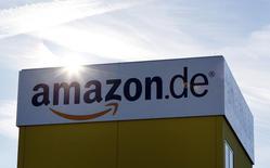 O sol é refletido no centro de logística da Amazon em Graben. Funcionários das operações da Amazon.com na Alemanha definiram que entrarão em greve nesta segunda-feira, no meio da crucial temporada de Natal, em uma disputa sobre salários que vem se arrastando há meses. 16/12/2013 REUTERS/Michaela Rehle