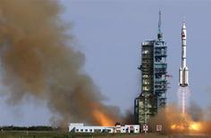 Imagen de archivo del lanzamiento del cohete Long March 2-F en el centro de lanzamiento Jiuquan en Gansu, China, jun 11 2013. China espera lanzar su próxima sonda lunar no tripulada en 2017, con el objetivo de recoger y traer de vuelta muestras del satélite natural de la Tierra, dijeron autoridades el lunes, después de que la primera prueba que lanzó el gigante asiático aterrizara exitosamente en la Luna este fin de semana. REUTERS/China Daily