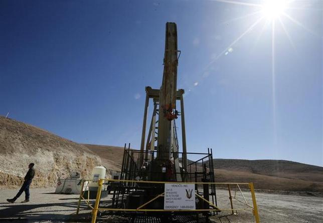 12月16日、米エネルギー情報局(EIA)は、国内のシェールオイル生産が2021年に日量480万バレルでピークに達するとの見通しを示した。米カリフォルニア州で4月撮影(2013年 ロイター/Lucy Nicholson)