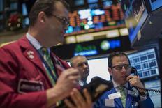 El operador Michael Pistillo Jr. trabaja en la Bolsa de Valores de Nueva York (NYSE). 11 de diciembre, 2013. Las acciones subieron en Wall Street, después de que el viernes cerraron su peor semana desde agosto debido a que datos económicos optimistas de Estados Unidos y Europa fomentaron el optimismo antes de una decisión clave de la Reserva Federal más adelante esta semana. REUTERS/Brendan McDermid (ESTADOS UNIDOS - NEGOCIOS)