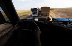 O caminhoneiro Geraldo dirige pela rodovia BR-163 em Lucas do Rio Verde. A CCR venceu a disputa pela concessão do trecho da rodovia BR-163 no Mato Grosso do Sul com um deságio de 52,74 por cento sobre a tarifa máxima permitida pelo governo, em leilão realizado nesta terça-feira. 28/09/2012 REUTERS/Nacho Doce