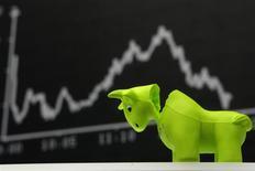 Un toro de espuma plástica frente a una pantalla con el índice DAX en la Bolsa de Fráncfort, sep 16 2008. Las acciones europeas cayeron el martes presionadas por la cautela ante el inicio de la reunión de política monetaria de dos días de la Fed, en la que el banco central de Estados Unidos podría decidir una reducción del programa de estímulo que ha animado a los mercados bursátiles por meses. REUTERS/Alex Grimm