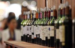 La Chine dit qu'elle discuterait volontiers avec l'Union européenne à propos de son enquête sur les conditions d'exportation des vins européens. /Photo prise le 18 juin 2013/REUTERS/Régis Duvignau