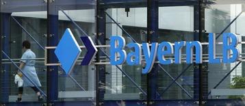 La banque allemande semi-publique BayernLB a l'intention de supprimer jusqu'à 500 postes d'ici 2017, soit un poste sur six dans son activité bancaire. /Photo d'archives/REUTERS/Michaela Rehle