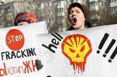 Люди протестуют против планов добычи сланцевого газа на Украине 28 февраля 2013 года. Обещанное Россией снижение цены на газ для Украины примерно на треть с 1 января 2014 года не повлияет на планы совместной добычи сланцевого газа с компаниями Shell и Chevron, сказал министр энергетики Эдуард Ставицкий. REUTERS/Valery Belokryl