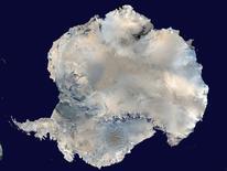 Фотография Антарктиды, сделанная со спутника NASA. Геологи впервые нашли в Антарктике кимберлитовую горную породу, в которой обычно формируются алмазы, но добыча минеральных богатств южной шапки Земли пока запрещена международным соглашением. REUTERS/NASA/Handout via Reuters