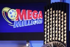 Bolas organizadas antes do sorteio da loteria Mega Millions, cujo prêmio foi estimado em 636 milhões de dólares, em Atlanta, no Estado da Geórgia, EUA. Os bilhetes vencedores da Mega Millions foram vendidos nas cidades de San Jose, na Califórnia, e Atlanta, na Geórgia, disseram funcionários da administração lotérica na noite de terça-feira. 17/12/2013. REUTERS/Tami Chappell