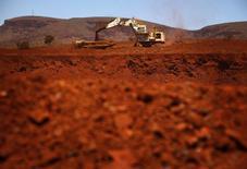 Uma escavadeira gigante carrega um caminhão de minérios na mina de minério de ferro Fortescue Solomon ao sul de Port Hedland. A Austrália elevou sua previsão para as exportações de minério de ferro e carvão metalúrgico --seus dois principais produtos de exportação--, refletindo o grande trabalho de expansão de produção que está sendo realizado no país para atender à demanda chinesa por matérias-primas do aço. 02/12/2013 REUTERS/David Gray