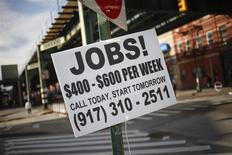 Un anuncio de empleo en una calle en el barrio neoyorquino de Brooklyn, oct 23 2013. La actividad del sector privado de Estados Unidos siguió expandiéndose en diciembre, al avanzar el crecimiento del sector de servicios y las contrataciones, mostró el miércoles un reporte de la industria. REUTERS/Shannon Stapleton