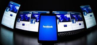 Un juge américain a estimé recevable une plainte contre Facebook, son directeur général Mark Zuckerberg et des dizaines de banques, suivant laquelle les investisseurs ont été trompés sur la santé financière du réseau social avant son introduction en Bourse de 16 milliards de dollar l'an dernier. /Photo prise le 16 mai 2012/REUTERS/Valentin Flauraud