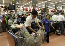 Un trabajador empaca mercaderías en una tienda de la cadena Wal-Mart en Ciudad de México, nov 17 2011. El consumo privado en México repuntó en el tercer trimestre después de haber visto su peor contracción en cuatro años en el periodo previo, aunque su tasa de expansión no fue tan vigorosa en momentos en que la economía en su conjunto está tratando de acelerar el ritmo. REUTERS/Henry Romero