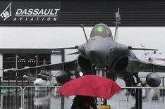 Le titre Dassault Aviation figure au rang des valeurs à suivre ce jeudi à la Bourse de Paris, au lendemain de l'annonce par le Brésil du choix des chasseurs Gripen NG construits par Saab pour équiper son armée de l'air, au détriment du Rafale du Français Dassault et l'Américain Boeing F/A-18. /Photo prise le 17 juin 2013/REUTERS/Pascal Rossignol