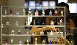 Le marché du parfum, plombé par un environnement économique qui reste difficile, accuse un recul de 1,5% en valeur en France sur les onze premiers mois de l'année, selon les estimations de l'institut NPD. /Photo d'archives/REUTERS/Bobby Yip