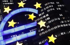 Символ валюты евро у здания ЕЦБ во Франкфурте-на-Майне 8 января 2013 года. Евросоюз в четверг согласовал проект концепции закрытия проблемных банков, однако ему не удалось добиться единения стран еврозоны в деле борьбы с банковскими затруднениями. REUTERS/Kai Pfaffenbach