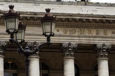 Les Bourses européennes confirment leur hausse jeudi à la mi-journée, soutenues par l'annonce de l'amorce du dénouement de la politique d'assouplissement quantitatif de la Réserve fédérale et l'accord des ministres des Finances de l'UE sur les modalités de restructuration et de fermeture des banques en difficultés de la zone euro. A la mi-séance, le CAC 40 gagne 1,36%, le FTSE prend 1,04% et le Dax avance de 1,41%. /Photo d'archives/REUTERS/Charles Platiau
