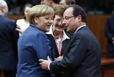 La canciller alemana, Angela Merkel, saluda al presidente de Francia, François Hollande, a su llegada a una cumbre de líderes de la Unión Europea en Bruselas, dic 19 2013. La Unión Europea acordó el jueves un plan para cerrar sus bancos insolventes, pero no llegó a un plan más ambicioso para que la zona euro se una para lidiar de manera conjunta con la quiebra de sus prestamistas. REUTERS/Francois Lenoir