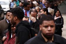 Un hombre se restriega los ojos mientras espera en la fila de ingreso a la feria laboral Dr. Martin Luther King Jr. en Nueva York, abr 12 2012. El número de estadounidenses que presentaron nuevas solicitudes de subsidios por desempleo subió la semana pasada al mayor nivel en casi nueve meses y proyectó una sombra sobre el mercado laboral. REUTERS/Lucas Jackson