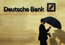 """Um homem passa em frente ao escritório do Deutsche Bank em Londres. Uma unidade do Deutsche Bank AG vai pagar 6,5 milhões de dólares para encerrar acusações civis de """"deficiências sérias e operacionais"""" reveladas por reguladores em seu programa de financiamento, disse um regulador de Wall Street nesta quinta-feira. 05/06/2013 REUTERS/Luke MacGregor"""