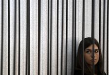 """La integrante de """"Pussy Riot"""" Nadezhda Tolokonnikova en la celda de acusados de la corte suprema de Mordovia en Saransk, Rusia, jul 26 2013. El presidente ruso, Vladimir Putin, dijo el jueves que dos integrantes de la banda de música punk Pussy Riot que se encuentran encarceladas serán liberadas bajo una amnistía, aunque describió como """"vergonzosa"""" la protesta que las mujeres realizaron en contra de su Gobierno en una iglesia de Moscú. REUTERS/Sergei Karpukhin"""