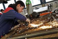 Selon l'Insée, l'économie française paraît bien condamnée à une reprise poussive en 2014, insuffisante pour provoquer une inversion de la courbe du chômage qui se stabiliserait à 11,0% de la population active au premier semestre. L'institut table sur des progressions du PIB de 0,2% au premier et au deuxième trimestres de l'an prochain, un rythme inférieur de moitié à celui de la fin 2013. /Photo prise le 4 mars 2013/REUTERS/Philippe Wojazer
