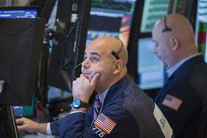 Wall Street a fini sans grand changement jeudi, dans un marché qui a repris son souffle après la belle hausse de la veille en réaction aux déclarations rassurantes de la Réserve fédérale sur l'économie et l'évolution de la politique monétaire. Le Dow Jones a grignoté 0,07% à 16.179,08 points, nouvelle clôture record, après avoir atteint en séance un plus haut absolu à 16.194,72. Le Standard & Poor's 500 a cédé 0,06% et le Nasdaq Composite a reculé de 0,29%. /Photo prise le 19 décembre 2013/REUTERS/Lucas Jackson