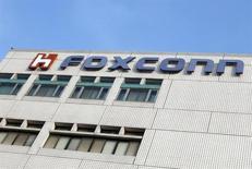 FOTO DE ARCHIVO: El logo de Foxconn aparece en el edificio corporativo de la empresa en Tucheng, Condado de Taipei. 25 de mayo, 2010. El jefe de Foxconn Technology Group, cuya unidad estrella Hon Hai Precision fabrica el iPhone 5s, confía en que los ingresos del grupo crecerán un 15 por ciento y la inversión en Estados Unidos se multiplicará 10 veces el próximo año, reportaron el viernes medios locales. REUTERS/Nicky Loh
