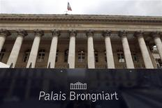 Les Bourses européennes ont ouvert sur une note stable ou positive vendredi. À Paris, le CAC 40 est stable à 4.176,84 points vers 8h40 GMT, affecté par la baisse du secteur des télécoms. À Francfort, le Dax prend 0,23% et à Londres, le FTSE est stable. /Photo d'archives/REUTERS/Charles Platiau