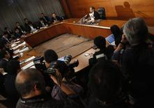 Conférence de presse du gouverneur de la Banque du Japon, Haruhiko Kuroda à Tokyo. La BoJ n'a rien changé à sa politique monétaire vendredi, ce qui était prévu, et a confirmé son diagnostic d'une économie qui se redresse à un rythme modéré. /Photo prise le 20 décembre 2013/REUTERS/Yuya Shino