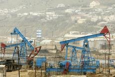 Вид на нефтяное месторождение в Баку 17 марта 2009 года. Цены на нефть Brent снижаются, но вырастут за неделю за счет сокращения поставок нефти из Ливии и оптимистичного прогноза потребления в США. REUTERS/David Mdzinarishvili