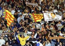 """Болельщики """"Валенсии"""" радуются чемпионству клуба в центре Валенсии 5 мая 2002 года. Форвард """"Атлетика"""" Икер Муньяин преподнес себе на 21-й день рождения подарок в виде двух голов в матче 1/16 Кубка Испании против """"Сельты"""" и помог баскскому клубу выйти в следующий раунд. REUTERS/Heino Kallis"""
