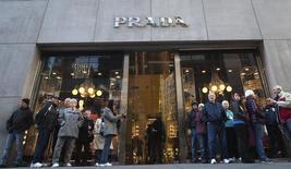 Люди у магазина Prada в Нью-Йорке 29 ноября 2013 года. Квартальная прибыль итальянского модного дома Prada SpA выросла на 8,6 процента, но оказалась ниже прогнозов из-за того, что хорошие результаты в Северной и Южной Америке и Японии были стеснены замедлением роста в Европе и Азии. REUTERS/Carlo Allegri
