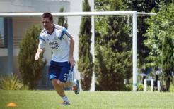Argentine striker Lionel Messi jogs during a training session in Buenos Aires December 2, 2013. REUTERS/Maria Pirsch