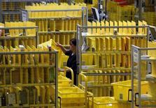 Funcionário coleta itens no centro de logística da Amazon em Graben. Os funcionários da Amazon.com na Alemanha planejam continuar com greves no ano que vem, afirmou o sindicato Verdi nesta sexta-feira, dando prosseguimento a uma disputa sobre salários que já dura vários meses. 16/12/2013 REUTERS/Michaela Rehle