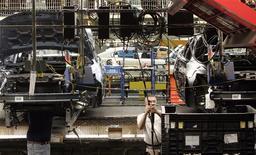 Imagen de archivo de un empleado en la planta de ensamblaje del automóvil Taurus de Ford en Chicago, EEUU, ago 4 2009. La economía de Estados Unidos creció a su ritmo más veloz en casi dos años en el tercer trimestre y el gasto de las empresas fue mayor a lo estimado previamente, lo que apunta a cierta fortaleza subyacente que debería ser sostenida. REUTERS/Frank Polich