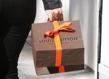 LVMH signe en 2013 la plus mauvaise performance du luxe sur les marchés d'actions européens, les difficultés du maroquinier Louis Vuitton, principal centre de profit du groupe, pesant sur les perspectives de croissance et de rentabilité du numéro un mondial du secteur. /Photo prise le 9 décembre 2013/REUTERS/Fred Prouser