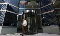 L'agence de notation Fitch Ratings a confirmé vendredi la note AA+ de la France et sa perspective stable, estimant que le pays atteindra ses objectifs de réduction de son déficit public. /Photo prise le 6 février 2013/REUTERS/Brendan McDermid