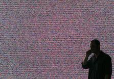 """La ministre de l'Economie numérique Fleur Pellerin veut """"remettre de l'ordre"""" dans la téléphonie mobile française qui connait une intense guerre des prix et rendre un pouvoir de sanctions à l'Autorité de régulation des télécoms (Arcep). /Photo d'archives/REUTERS/Hannibal Hanschke"""