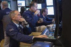Bien que la Réserve fédérale ait finalement commencé à ralentir le rythme de ses achats d'actifs, levant ainsi une lourde incertitude sur les marchés, il est loin d'être certain que Wall Street connaîtra une fin d'année très positive. /Photo prise le 19 décembre 2013/REUTERS/Lucas Jackson