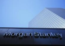 Morgan Stanley a vendu la majorité de ses opérations de négoce de pétrole au russe Rosneft, devenant ainsi la dernière firme en date à Wall Street à se défaire d'une part importante de ses activités dans les matières premières. Les termes de l'accord n'ont pas été révélés, accord qui inclut notamment 100 traders à Londres, New York et Singapour et plus d'un milliard de dollars de pétrole, ainsi que la participation de 49% de la banque dans la société de transport pétrolier, Heidmar. /Photo prise le 24 septembre 2013/REUTERS/Mike Blake