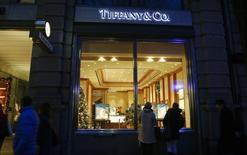 Люди у магазина Tiffany в Цюрихе 19 декабря 2013 года. Голландский арбитражный суд обязал Tiffany & Co выплатить компании Swatch Group 402 миллиона швейцарских франков ($450 миллионов) для покрытия ущерба от неудачного совместного предприятия, которое должно было производить и продавать часы. REUTERS/Arnd Wiegmann