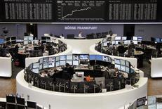 Трейдеры на торгах фондовой биржи во Франкфурте-на-Майне 16 декабря 2013 года. Европейские акции растут благодаря улучшению экономических показателей США. REUTERS/Remote/Stringer