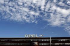 """Логотип Opel на крыше завода в Бохуме 22 октября 2012 года. Европейская """"дочка"""" General Motors Opel с осторожным оптимизмом смотрит в будущее и надеется, что в 2014 году продажи вырастут и компания сможет избежать нового раунда сокращения издержек. REUTERS/Ina Fassbender"""