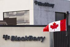 Uma bandeira canadense em frente ao logotipo da BlackBerry, no campus da empresa em Waterloo. A BlackBerry disse na sexta-feira que vai entrar em um acordo de produção de aparelhos que reduz o risco de que precise fazer mais baixas contábeis de smartphones não vendidos, e suas ações subiram mesmo depois de resultados trimestrais desanimadores. 23/09/2013 REUTERS/Mark Blinch