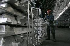 Рабочий на алюминиевом заводе TALCO в Турсунзаде, Таджикистан, 19 ноября 2012 года. Таджикистан решил акционировать крупнейшего в Центральной Азии производителя алюминия, хотя наблюдатели сомневаются, что государство поделится с частными инвесторами генератором трети валютной выручки в казну бедной страны, экспортирующей преимущественно рабочую силу. REUTERS/Nozim Kalandarov