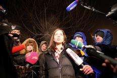 Integrante da banda russa punk de protesto Pussy Riot, Nadezhda Tolokonnikova, fala com a imprensa após ser libreada da prisão, em Krasnoyarsk, na Rússia. Duas integrantes da banda ridicularizaram a anistia do presidente Vladimir Putin, que permitiu a antecipação de sua saída da prisão, dizendo se tratar de jogada de propaganda, e prometeram lutar pelos direitos humanos. 23/12/2013 REUTERS/Ilya Naymushin