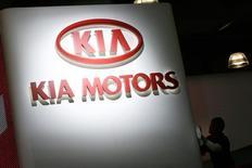 Стенд Kia Motors на автосалоне в Нью-Йорке 19 марта 2008 года. Американские подразделения корейских автокомпаний Hyundai Motor Co и Kia Motors Corp договорились выплатить в общей сложности $395 миллионов для удовлетворения иска автовладельцев, обманутых обещаниями компаний в отношении экономии топлива в автомобилях. REUTERS/Keith Bedford