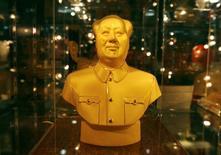 Золотой бюст Мао Цзэдуна, выставленный на продажу в магазине в Пекине, 9 января 2008 года. Правящая Компартия Китая в рамках кампании по искоренению коррупции запретила чиновникам посещать частные клубы или поддерживать в них членство, заявив, что подобные заведения часто используются для незаконных сделок или сексуальных утех. REUTERS/Claro Cortes IV