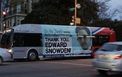 """Автобус с надписью """"Спасибо, Эдвард Сноуден!"""" в Вашингтоне 20 декабря 2013 года. Бывший подрядчик ЦРУ Эдвард Сноуден, рассказавший миру об электронной слежке спецслужб США, сказал американской газете, что завершил задуманное. REUTERS/Gary Cameron"""