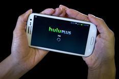 Aplicación HULU Plus en un Samsung Galaxy, dic 23, 2013. Hulu no ha logrado persuadir a un juez federal estadounidense de que desestime una demanda que acusa al servicio de videos en 'streaming' de compartir ilegalmente el historial de lo que vieron los usuarios con Facebook y la compañía comScore. REUTERS/Carlo Allegri